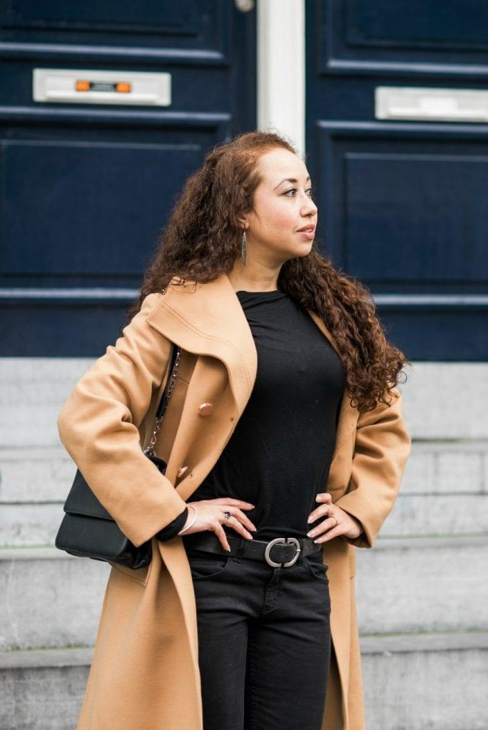 Hailey 03.2 - Fair fashion outfitpost | Okergele jas en zwarte basics