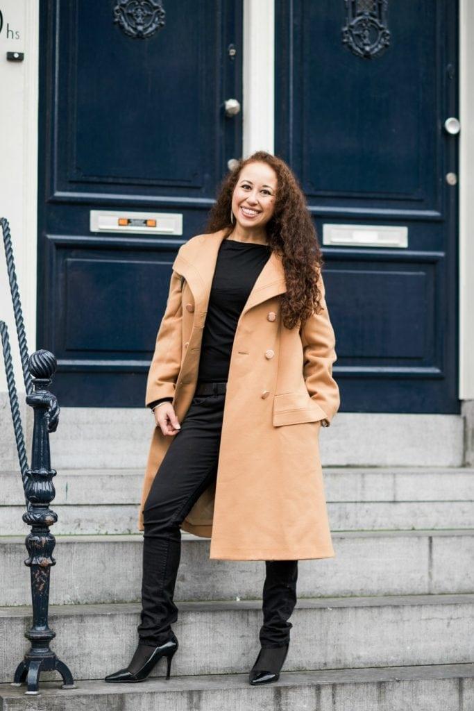 Hailey 06.2 - Fair fashion outfitpost | Okergele jas en zwarte basics