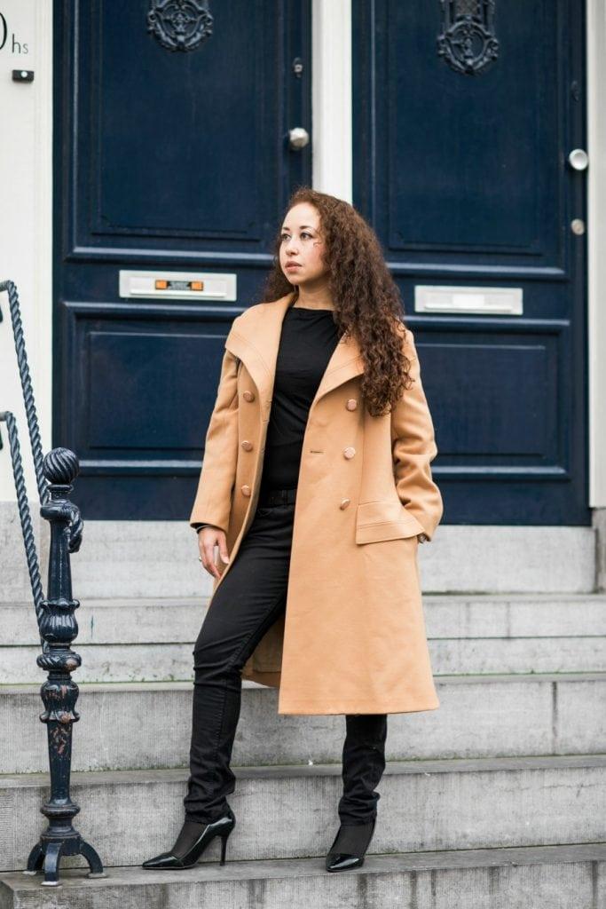 Hailey 08.2 - Fair fashion outfitpost | Okergele jas en zwarte basics