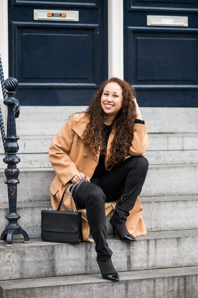 Hailey 11 - Fair fashion outfitpost | Okergele jas en zwarte basics