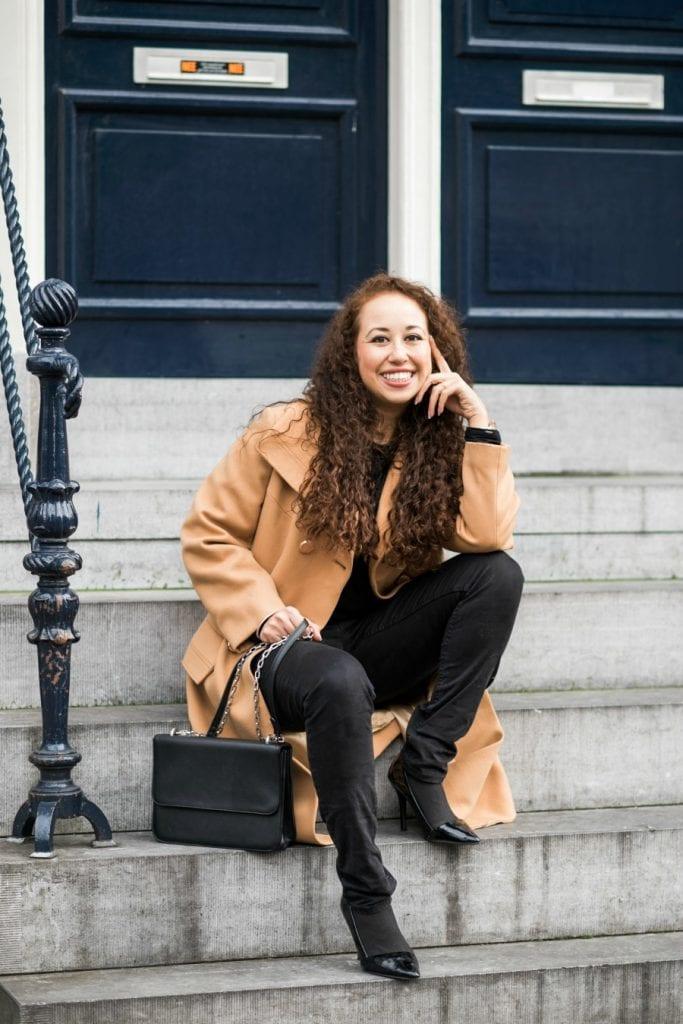 Hailey 12.2 - Fair fashion outfitpost | Okergele jas en zwarte basics