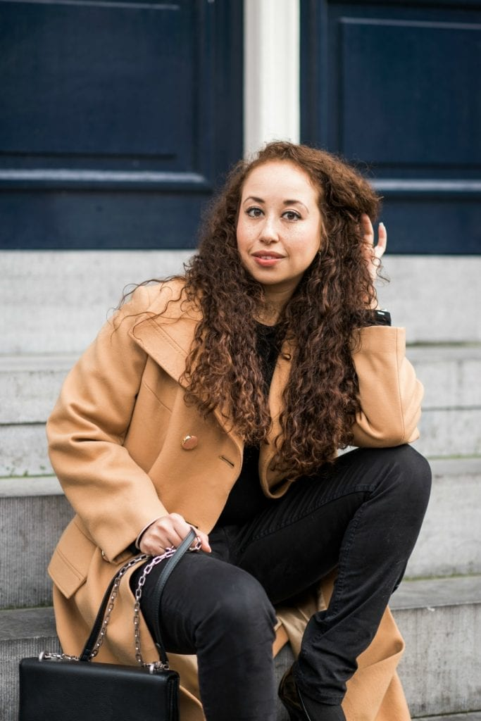 Outfitpost | Okergele jas en zwarte basics