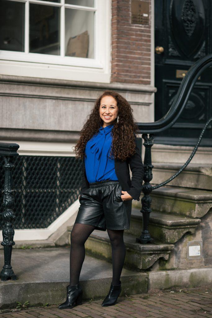 Outfit shoot blauwe blouse, leren short