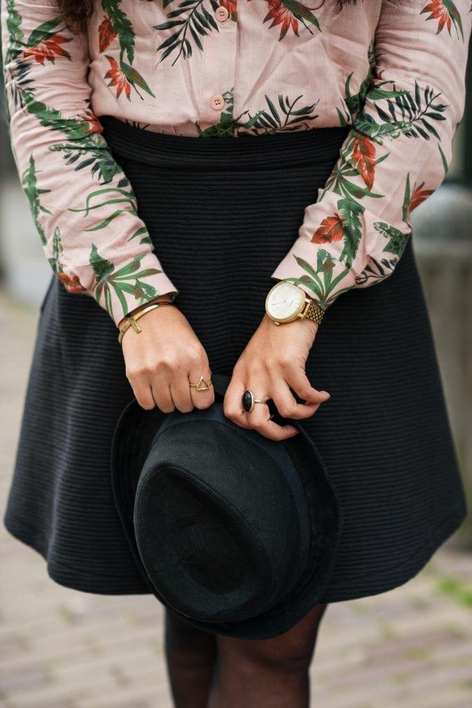 Hailey 16 1 - Fair fashion outfit | Fleurige rose blouse met bio-katoenen rok van webshop watMooi (+ kortingscode)