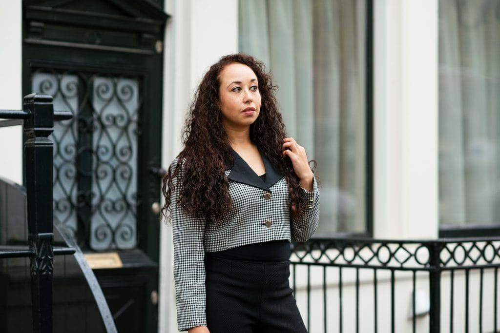 Hailey 06 1 - Fair fashion outfit || Zwart-witte vintage blazer met zwarte designer broek