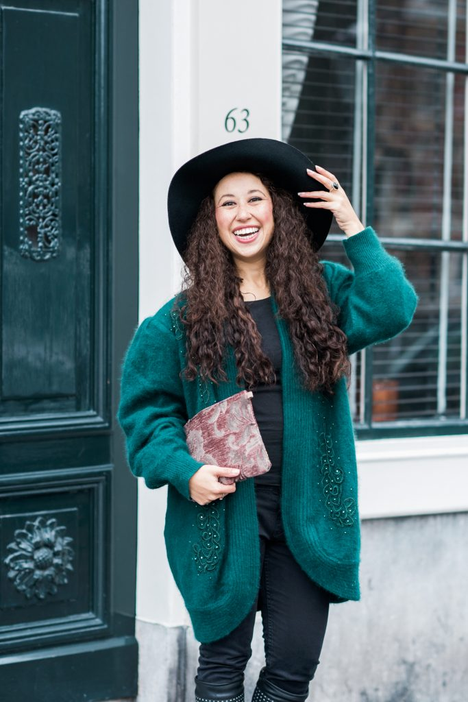 Fair outfit - Vintage vest Lena The Fashion Library, Mind Your Bag clutch, Bootiez schoenaccessoire en stijlvolle hoed.