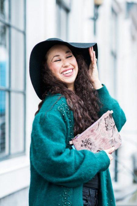 Fair outfit | Vintage vest, grote hoed, Mind Your Bag clutch & Bootiez