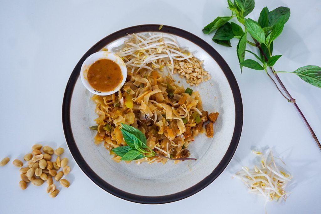 In dit artikel vind je het recept voor vegan pad thai en vegan thaise pindaasus