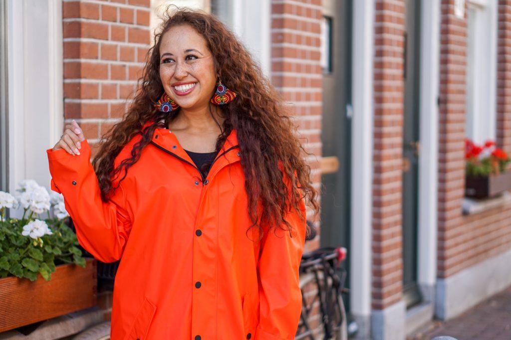 Maium regenjas 10 - Fair fashion outfit: kleurrijke & stijlvolle regenjas van Maium